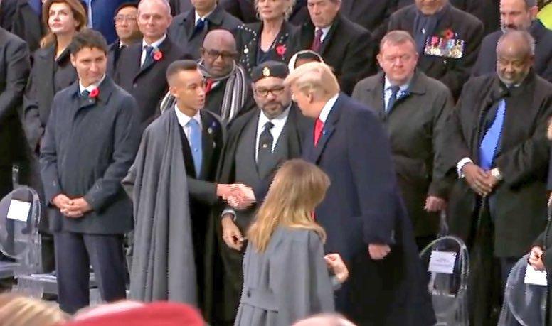 الملك يتوسط زعماء العالم في باريس. وولي العهد يصافح ويناقش دونالد ترمب