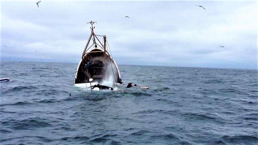 فاجعة تهزّ طانطان.. العثور على جُثتَين من أصل 10 لبحارة غرق بهم قارب صيد