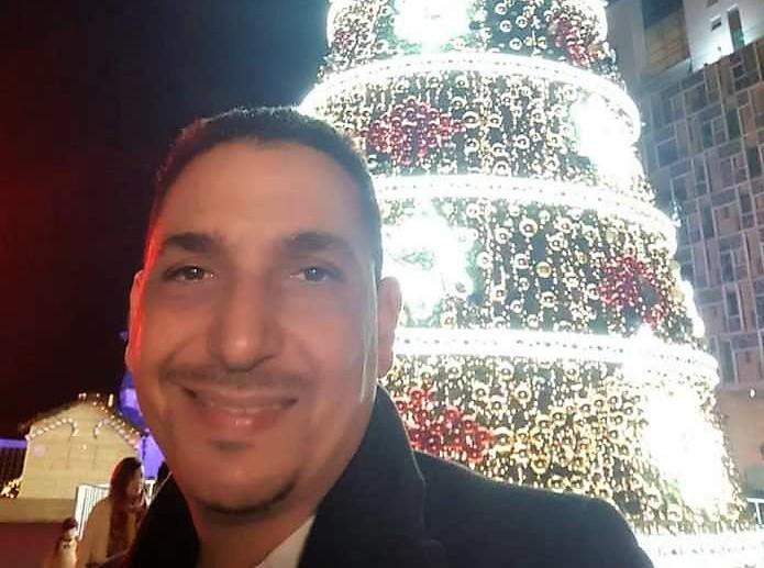 أبو حفص في صورة مع شجرة 'الكريسمس' وزملاءه من السلفيين 'كاعيين'