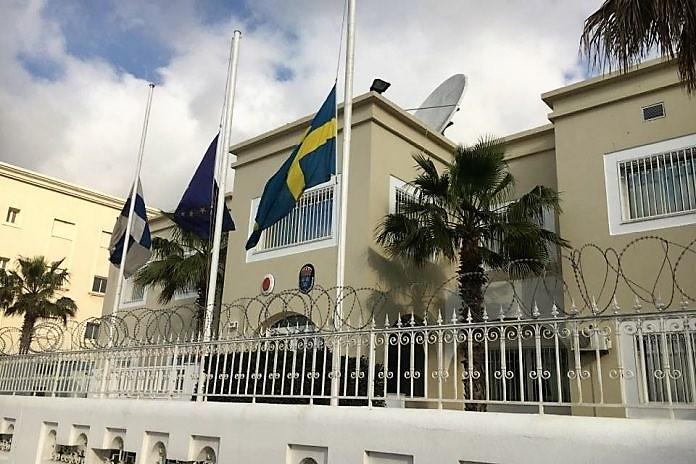 سفارات أجنبية بالرباط تنكس أعلامها الوطنية حُزناً على مقتل السائحتين لويزا ومارين