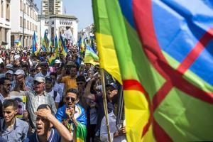 احتجاجا على البرلمان.. أمازيغ يُطلقون حملة كتابة «تيفيناغ» على الأوراق النقدية