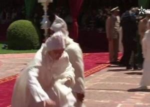 سقطة العثماني أمام الملك في عيد العرش تثير سخرية المغاربة