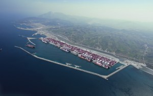 باعتراف دولي.. هكذا تنبأ الملك بميناء طنجة كمشروع ضخم يربط أوروبا بإفريقيا