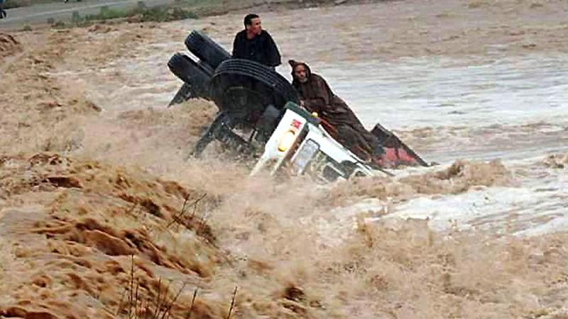 (بلاغ) السلطات تحذر السائقين وتدعوهم لتأجيل تنقلاتهم بهذه الطرق تفاديًا لأمطار طوفانية