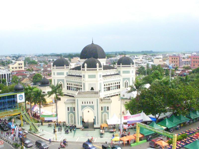 في 'مِيدان' الإندونيسية.. هكذا تذوق صحافي مغربي التعايش بين مسجد ومعبد وكنيسة