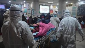 مغاربة 'ووهان' المنكوبة الواصلين يدخلون مركز الفيروسات بالمستشفى العسكري بالرباط