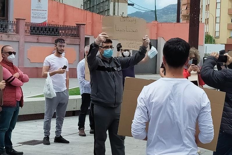 مغاربة عالقون بإسبانيا يحتجون أمام قنصلية الجزيرة الخضراء. والمطلب: العودة إلى الوطن