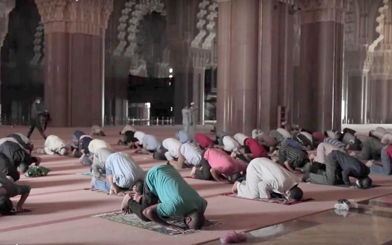 أجواء روحانية و لحظات مؤثرة للمغاربة في أول يوم صلاة بالمساجد بعد أشهر من الإغلاق