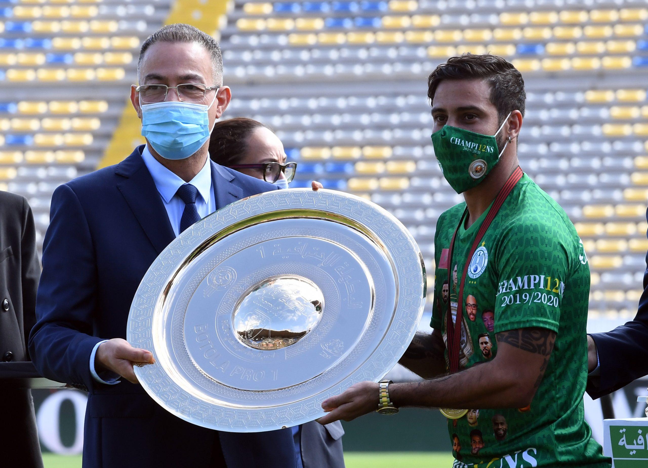 بغياب رئيس العصبة الناصيري، متولي يرفع درع البطولة في مراسم تتويج الرجاء باللقب
