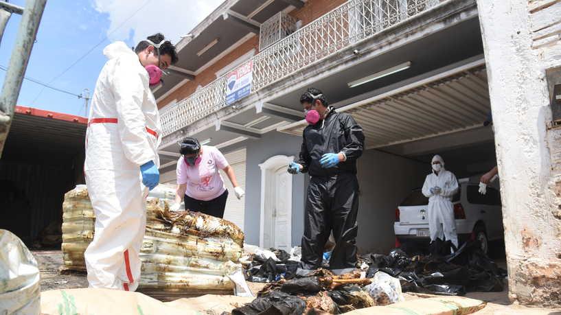 بينهم 3 مغاربة.. العثور على 7 جثث متحللة داخل شحنة سماد في باراغواي