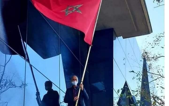 (فيديو) في عمل بطولي أمام عمل إرهابي.. قنصل المغرب بفلنسيا يمزق 'شرويطة' الانفصاليين ويعيد علم المملكة