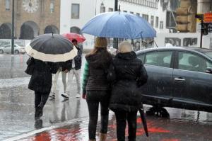 طقس الإثنين | أمطار وثلوج مرتقبة بعدد من المناطق المغربية