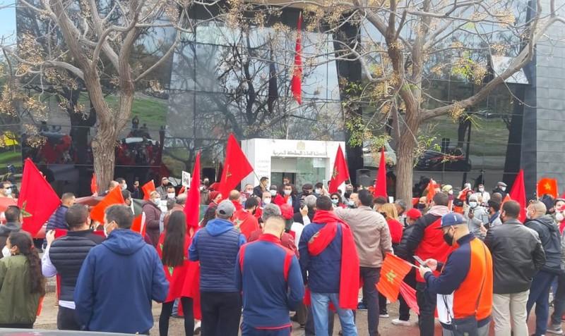 مغاربة فالنسيا الإسبانية يلتئمون حول العلم الوطني ويستنكرون استفزازات بوليساريو