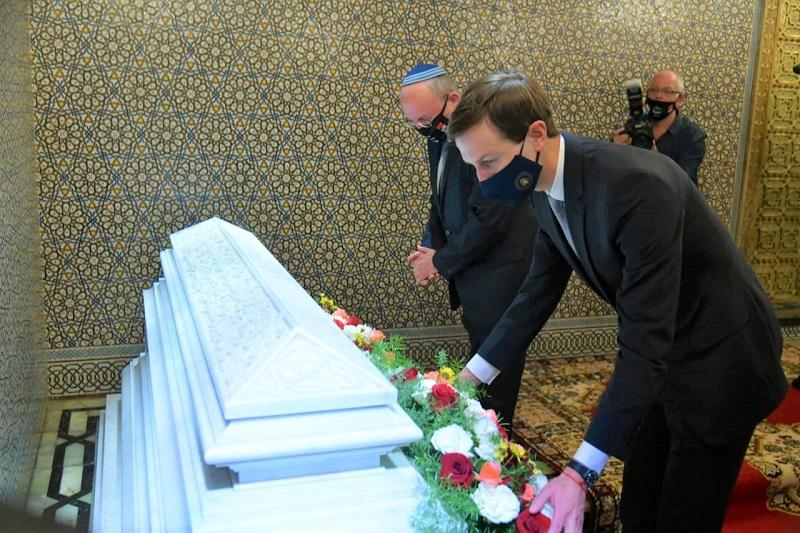 الوفد الأمريكي ـ الاسرائيلي يستهل زيارته للمغرب بزيارة ضريح محمد الخامس (صور)