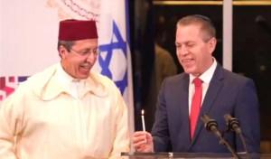 أضاء الشمعة الأخيرة لـ'حانوكا'.. السفير المغربي هلال يشارك نظيره الإسرائيلي في احتفالات اليهود بنيويورك (فيديو)