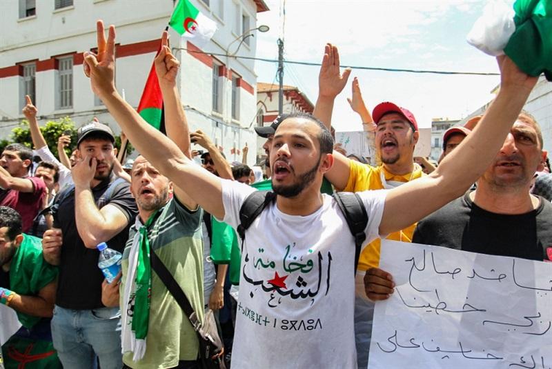 في الذكرى الثانية للحراك.. مظاهرة حاشدة بالجزائر تطالب برحيل النظام العسكري