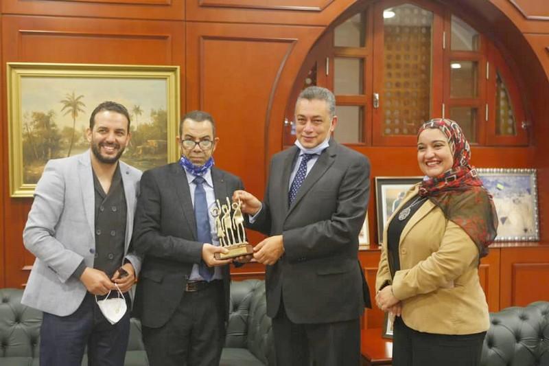 الفنان أيت باجا وبنيوب يسلمان السفير المصري درع مهرجان 'المعاهد المسرحية'