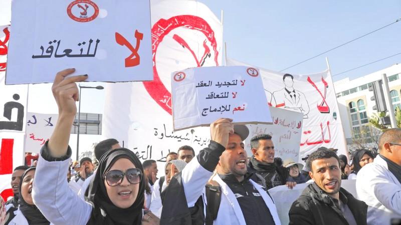 أساتذة 'الكونطرا' يحملون الشارات الحمراء.. و'الطلبة التجمعيون' يدعون أمزازي للحوار المسؤول