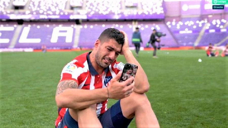 دموع سواريز.. فاز بلقب الليغا فماذا كسب برشلونة من تسريحه بطريقة مخيبة؟