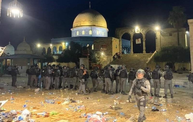 بعدما حاصرتهم بالآلاف داخل المسجد الأقصى.. 178 مصاباً في اعتداء قوات إسرائيلية على المصلين