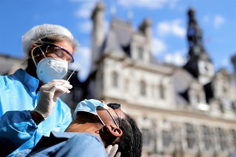 لمساهمتهم في مكافحة كورونا.. فرنسا تمنح الجنسية لأزيد من 2000 موظف أجنبي