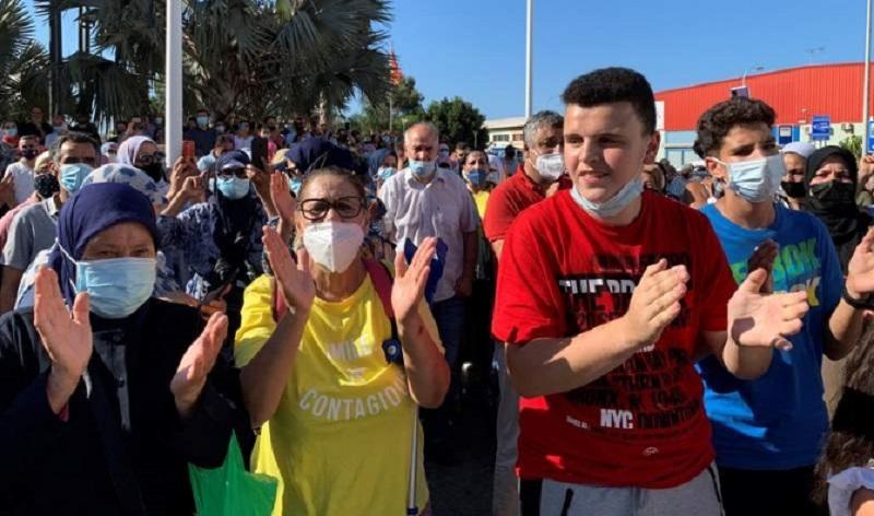 بالفيديو.عيد الأضحى يدفع المئات من مغاربة مليلية للاحتجاج بمعبر بني أنصار