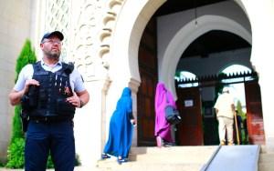 بسبب سورة 'الأحزاب' وآيات الحجاب.. فرنسا تطرد إمامَيّ مسجدَيّ 'التقوى' و'النور'