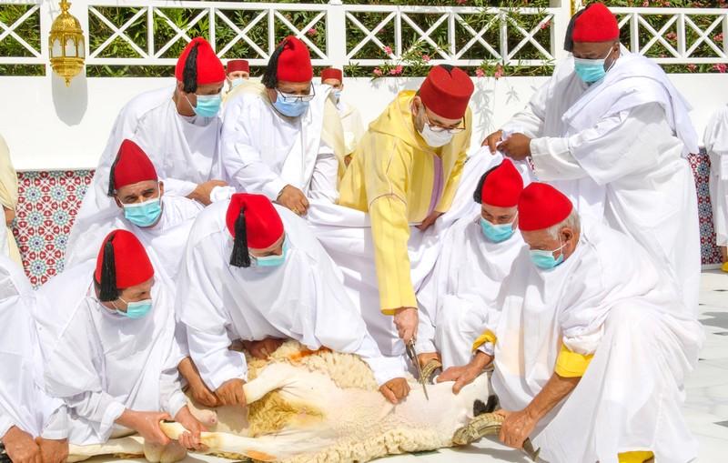 الملك يؤدي صلاة العيد بلا خطبة وينحر الأضحية بقصر فاس