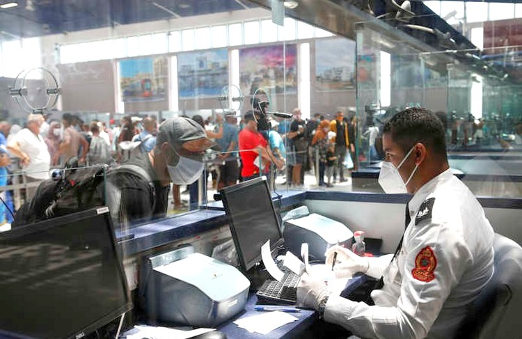 الوجهة كانت تركيا. اعتقال مسافرَين بمطار كازا لتزوير وثائق 'كورونا'