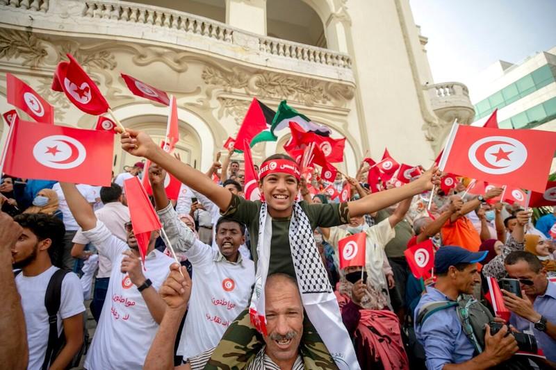 مئات المتظاهرين يحتجون وسط تونس لمناهضة تدابير قيس سعيّد
