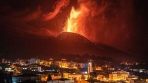 فيديو. بركان 'لا بالما' يواصل تدفقه الحارق.. تدمير مئات المنازل و7 آلاف شخص يفرون