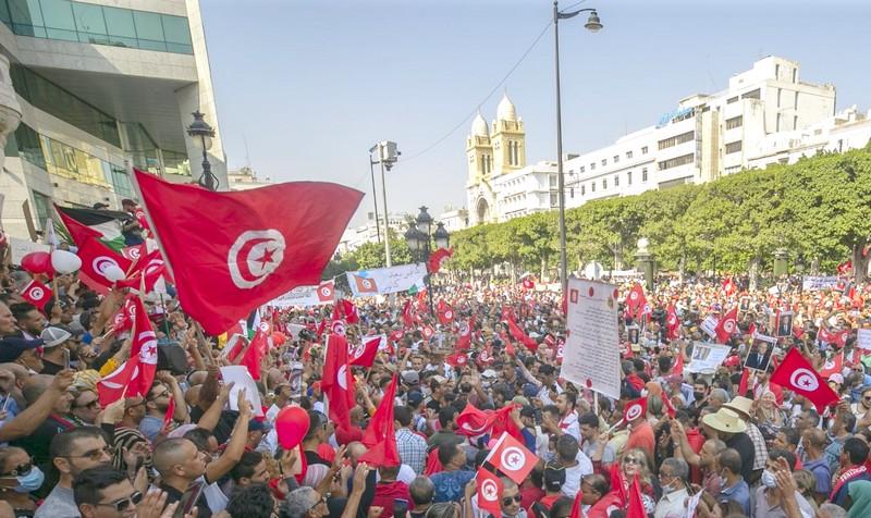 آلاف التونسيين يحتشدون في مسيرات مؤيدة لقرارات قيس سعيّد الاستثنائية