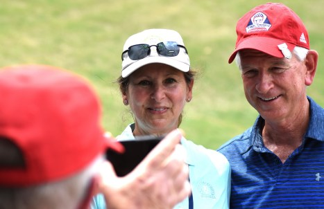 Former Auburn head football Coach Tommy Tuberville poses with a fan after completing his round of golf. (Solomon Crenshaw/Alabama NewsCenter)