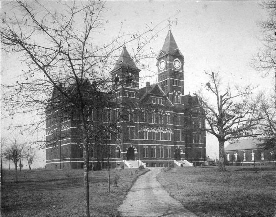 Samford Hall, 1897. The building currently houses the offices of the Auburn University administration. (Glomerata, Auburn University, Wikipedia)