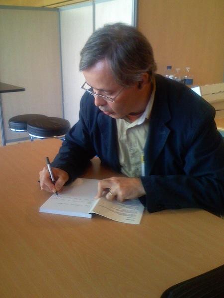 Cela ne m'arrive pas souvent de faire des séances de signatures/dédicaces... En voilà une à Lyon pour mon livre sur les réseaux sociaux.