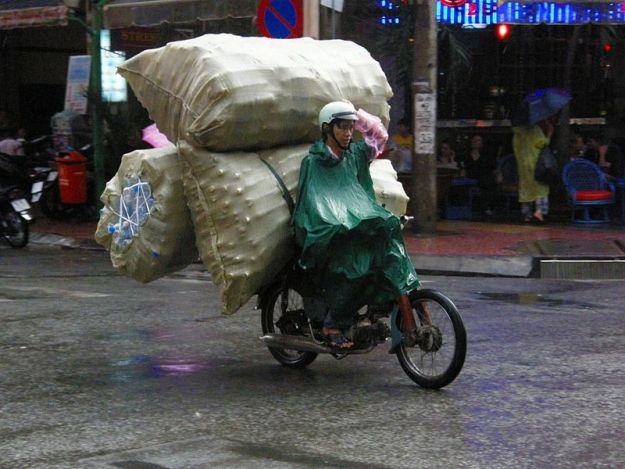 800px-Motorcycles_of_Ho_Chi_Minh_City_super_cub_PB277788