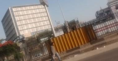"""Photo of إزالة لافتة """"نادى القرن الحقيقى"""" من أعلى سور نادي الزمالك"""