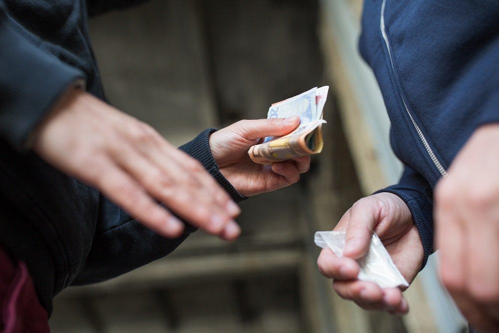 En person köper droger av en annan