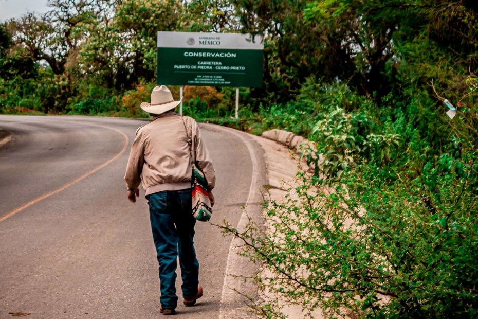 Hombre que camina por el sendero que lleva a Macanguí.