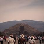 Tercia de turistas camino a la Pirámide de la Luna.