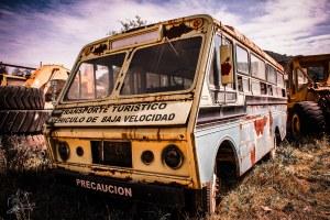 Viejo camión turístico abandonado y olvidado.