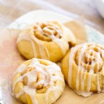 These bite-sized cinnamon rolls are full of gooey cinnamon vanilla filling and topped with a vanilla latte glaze! | www.alattefood.com