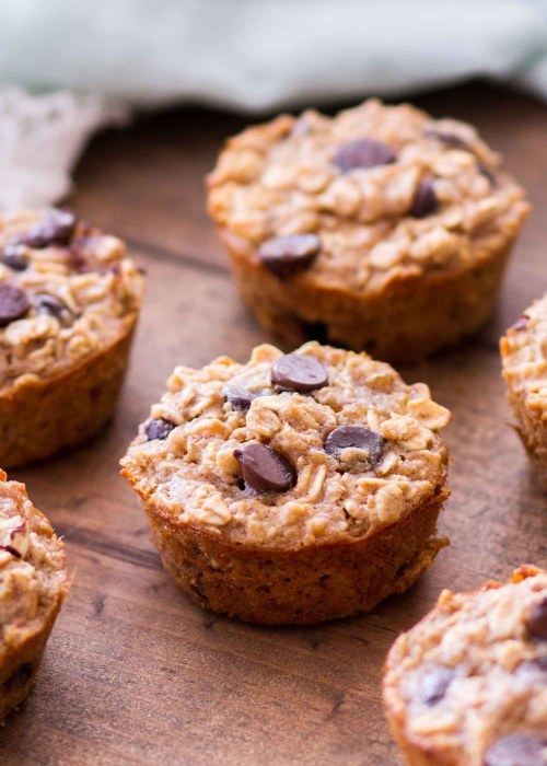 Peanut Butter Banana Chocolate Chip Baked Oatmeal Cups -- These easy baked oatmeal cups are full of peanut butter, bananas, and chocolate chips! These Peanut Butter Banana Chocolate Chip Baked Oatmeal Cups are gluten-free, and they can be made ahead of time for a quick-and-easy breakfast recipe! Plus, these baked oatmeal cups are made with maple syrup instead of refined sugar! Plus a step-by-step video below!