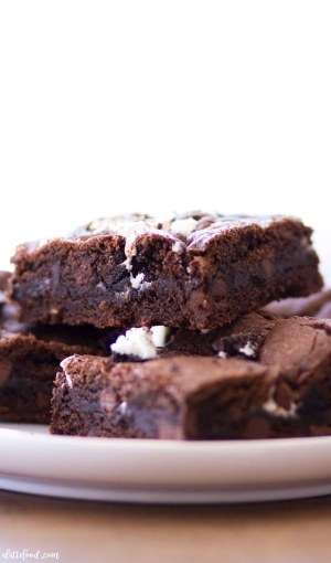 This Marshmallow Oreo Chocolate Chip Cookie Bars recipe is a chocolate lover's dream! Double chocolate chip cookies are filled with crushed Oreos and marshmallow fluff, making these double chocolate cookie bars practically irresistible.