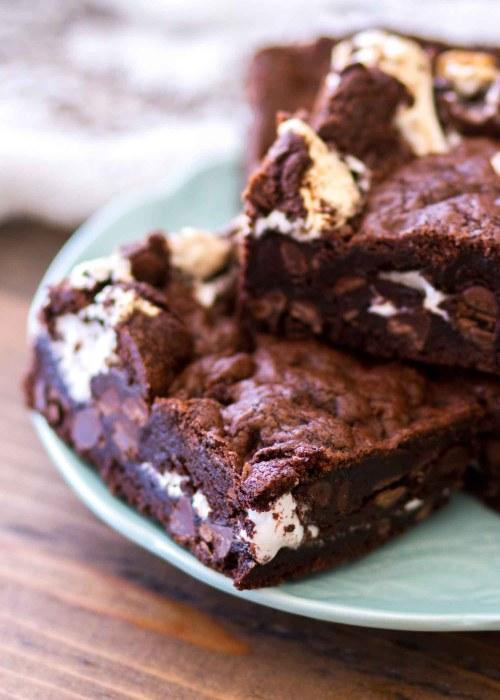 These S'mores Double Chocolate Chip Cookie Bars are filled with chocolate graham crackers, milk chocolate chips, and marshmallow fluff, taking the classic s'mores recipe and kicking it up about 1000 on the chocolate scale. These easy chocolate s'mores cookie bars are sure to be a new favorite! #s'mores #chocolate #recipe #cookies #bars