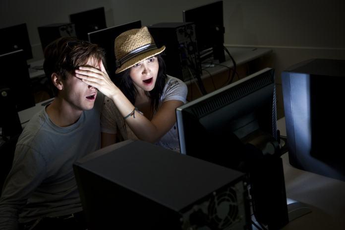 Kutuphanede Porno Film Seyretmek