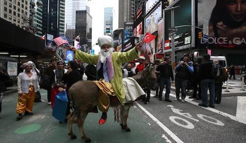 Nasreddin Hoca Times Meydanı'nda eşeğe ters bindi