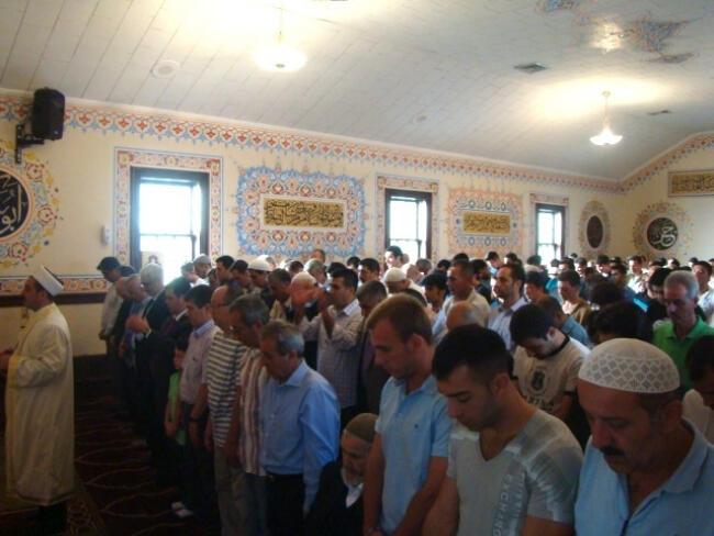 Bayram namazında camiler doldu taştı