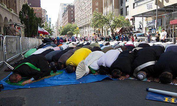 New York'ta cadde cemaati, ezan okuyup namaz kıldılar