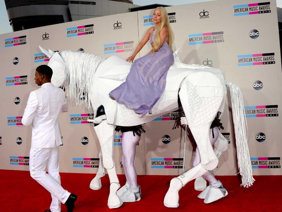 Lady Gaga at sırtında kırmızı halıda